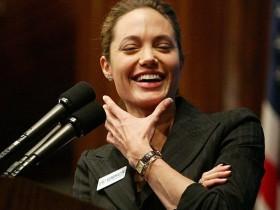 Анджелина Джоли усыновит сироту из Гаити