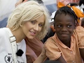 Кристина Агилера посетила школы в Гаити (ФОТО)