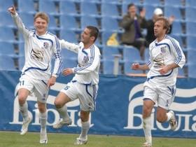 Футболисты Таврии празднуют гол