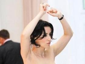 Грудь телеведущей Тины Канделаки выскочила из платья на закрытой вечеринке,