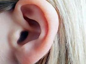 левое ухо