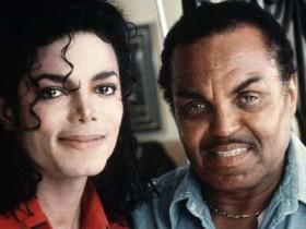 Джо Джексон (Joe Jackson) закчлючил договор с французской косметической организацией Jule Rouas Paris, которая выпустит на парфюмерный рынок женский и мужской запах «Jacksons Tribute» и «Jacksons Legend». Известно, что часть средств, полученных с реализации