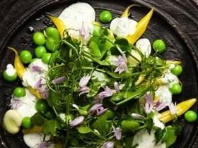 салат с тисненой и горошком