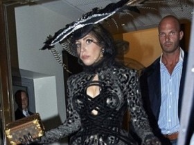 Леди Гага носит перья необычных птиц наперекор заступникам животных