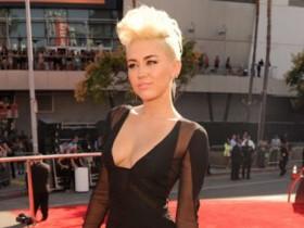 Майли Сайрус случайно показала грудь на MTV VMA (Фото). Главная.