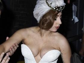 Грудь артистки Леди Гага выпала из платья (Фото)