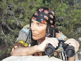 Валерий Леонтьев приобрел бинокль,чтобы смотреть на горы и берег. Фото КПП