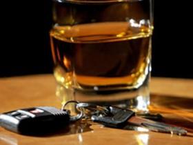 опьяневший автолюбитель,в автомобиле,пилотирование,опьяневшее,