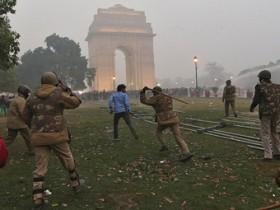 Нью-Дели,массовые волнения