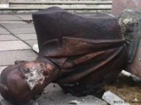 На Львовщине незнакомые разделили монумент Сергею Бандере