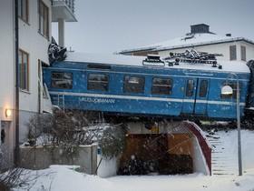 поезд въехал в дом