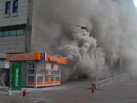 На киевском вокзале за секунды сгорел фастфуд-киоск