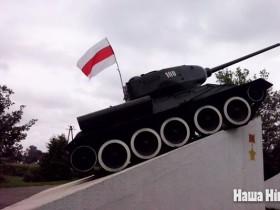 В Белоруссии на Т-34 вывесили флаг гитлеровских пособников