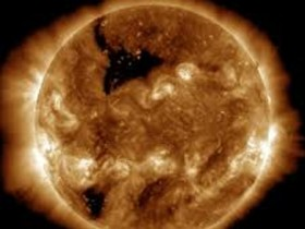 "На Солнце образовалась гигантская ""черная дыра"""