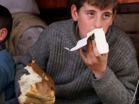молодой человек,хлеб