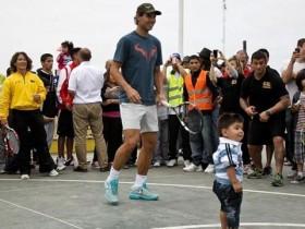Надаль сыграл с детьми аргентинских трущоб