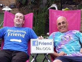 Англичанин принял решение повстречаться с каждым из 730 приятелей в Фейсбук