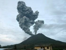 На полуострове Суматра пробудился вулкан. Население в суете