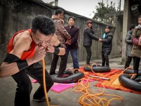 китаец качает покрышки