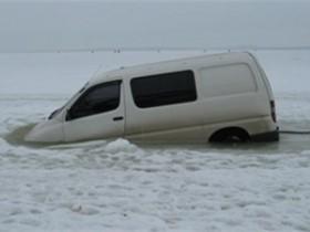 В Одесской области рыбацкий автомобиль провалился под лед