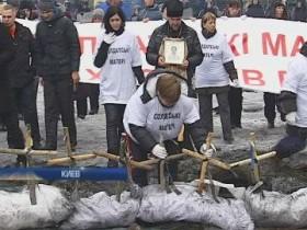 """Матери снесли """"кладбище"""" бойцов ВВ на Грушевского (ВИДЕО)"""