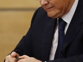 Как Янукович сломал ручку, извиняясь перед народом (ВИДЕО)