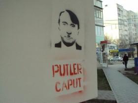 «Putler caput»: Симферополь разрисовали портретами Путина