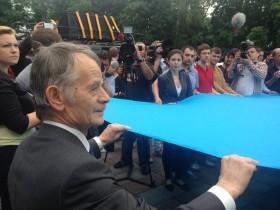 В Киеве развернули гигантский флаг крымскотатарского народа