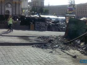 """Коммунальщики разбирали баррикады около гостиницы """"Украина"""""""