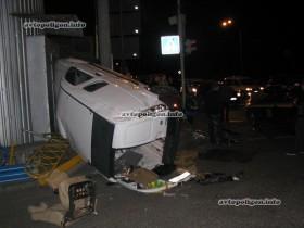 ФОТО: В Киеве «Тойота» опрокинула «Ниссан» вверх тормашками