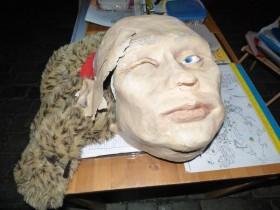 Россиянка разбила маску Путина во время митинга в Праге