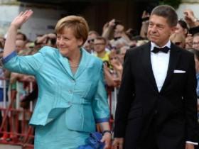 Меркель упала со стула на фестивале в Байройте (ВИДЕО)
