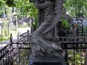 Столичных жителей зовут закончить загораживать кладбища