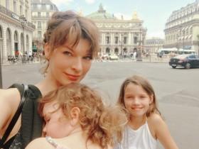 Милла Йовович с младшей дочерью