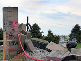 разрушен памятник