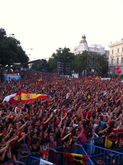 Игроки сборной Испании заметили с фанами победу на Евро-2012