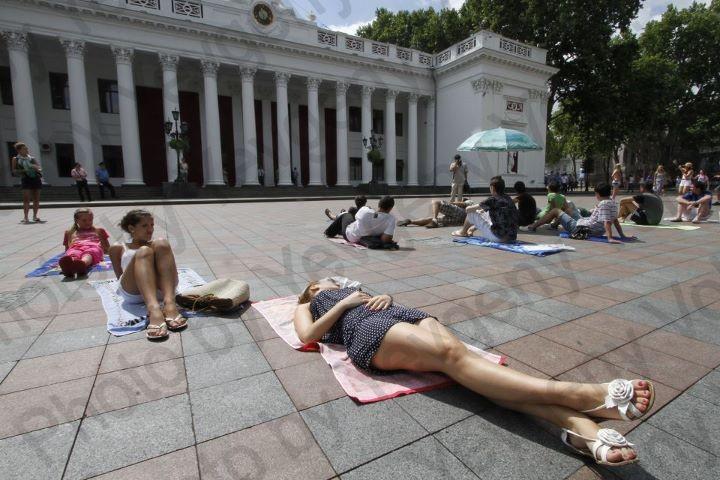 Одесситы протестуя отдыхают под мэрией