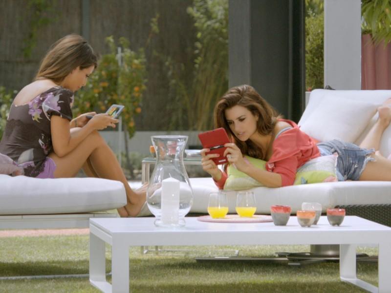 Сестры Пенелопа и Моника Крус рекламируют Nintendo 3DS XL