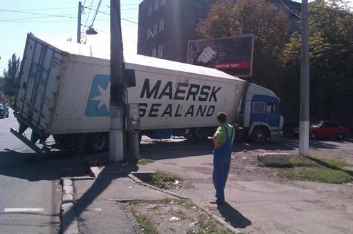 В Одессе канистра сорвалась под землю