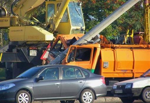В Одессе мусоровоз разрушил столб и распался на 2 части