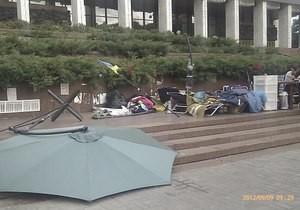 Протестующих около Российского дома побили и разрушили стан