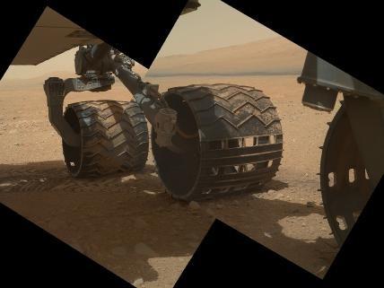 Curiosity сделал первые фотографии манипулятором