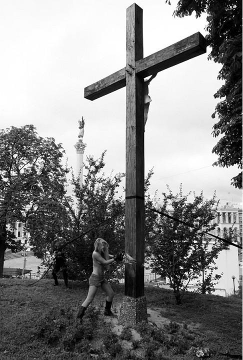 Хулиганы сожгли крест в Твери