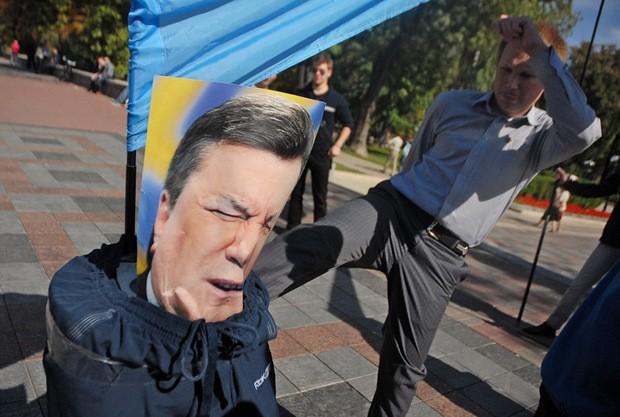 В Киеве глумились над пугалом Януковича