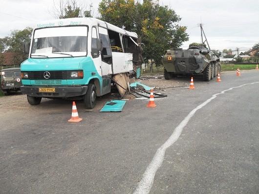 На Буковине грузовой автобус не разминулся с БТР