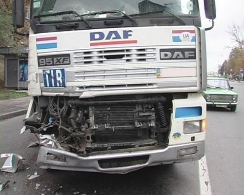 В Киеве неконтролируемый грузовой автомобиль налетел в фуру
