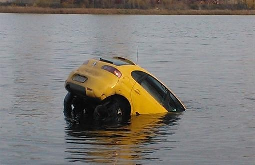 В Киеве в море на Оболони семья потопила кроссовер
