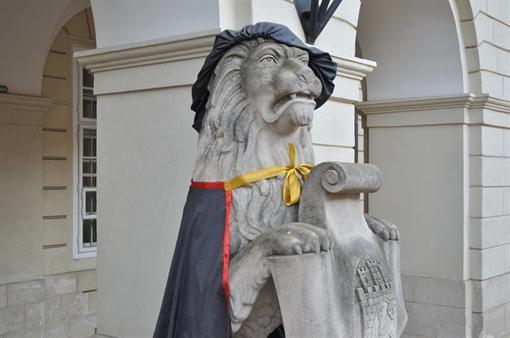 Во Львове неподвижных львов надели в студенческие мантии