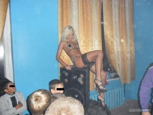 На школьной дискотеке детей забавляли стриптизом