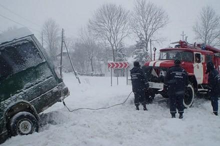 Автобус в Збаражском районе висел над обрывом